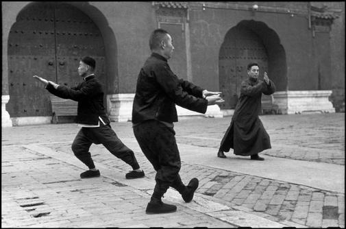Wang Maozhai's Taiji class at Tai Miao 4 - Henri Cartier - Bresson